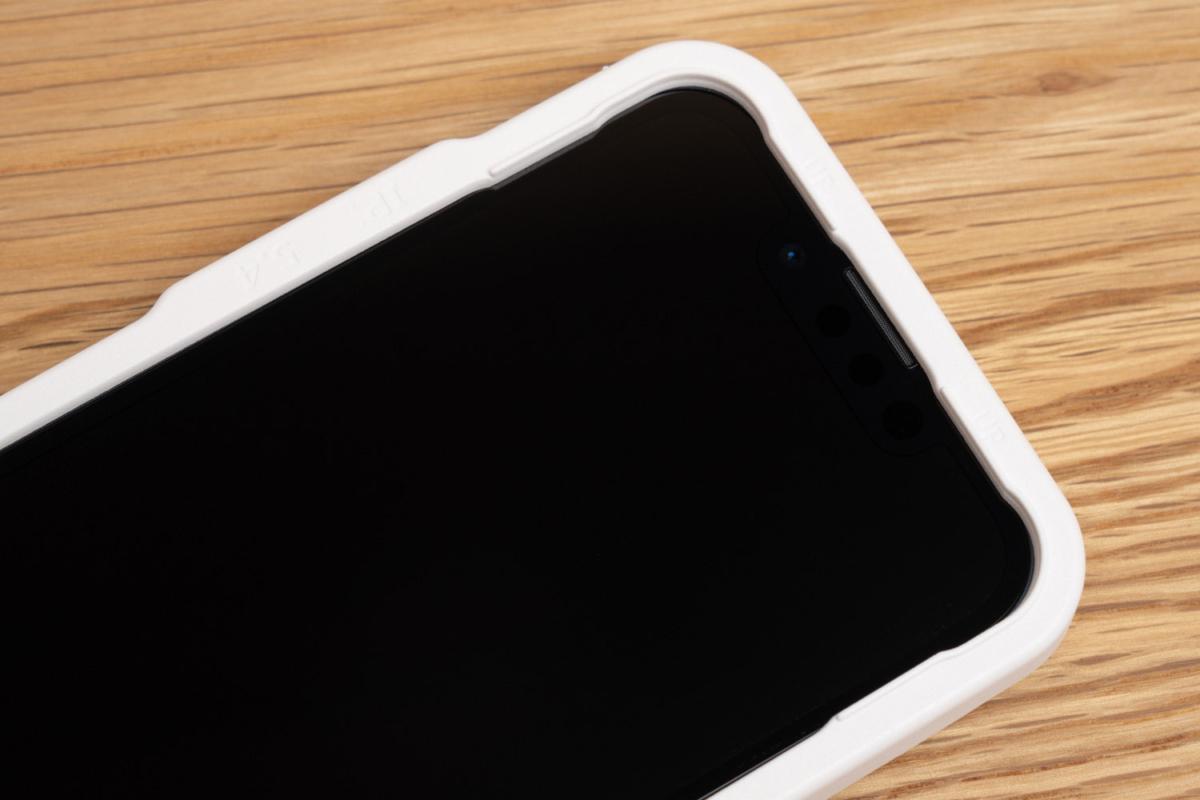 ガイド枠を装着したiPhone 13 mini